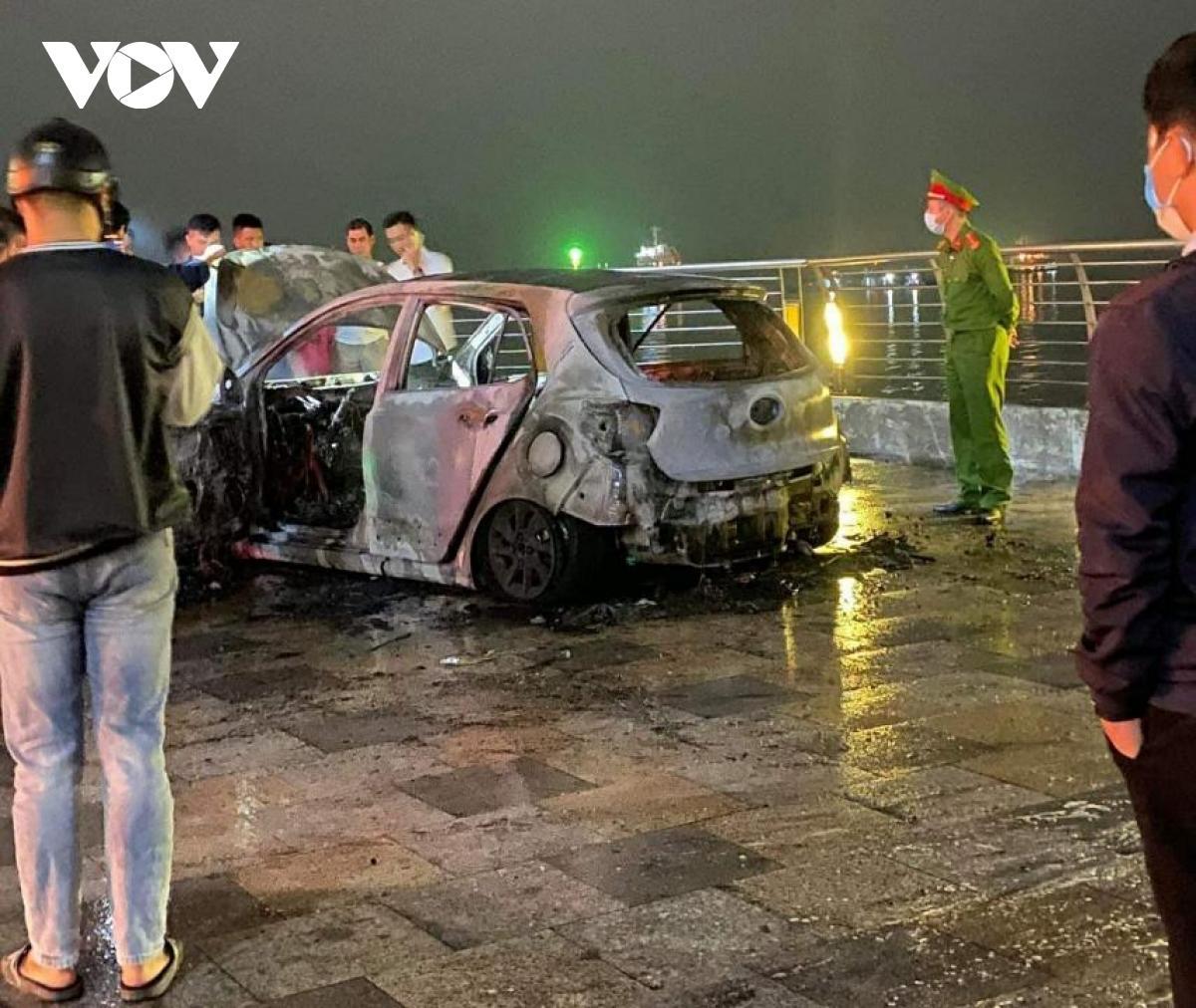 Xe ô tô 5 chỗ bất ngờ bốc cháy ở đường bao biển Quảng Ninh Ảnh 2