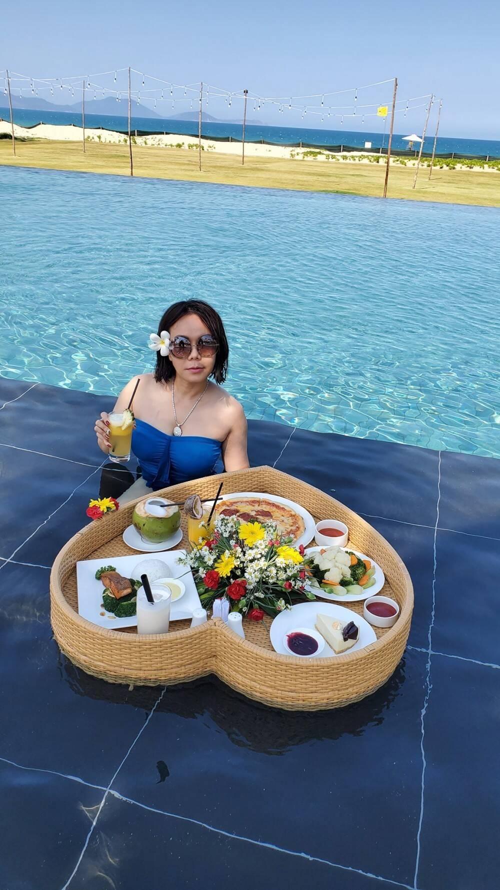 Lần hiếm hoi nghệ sĩ Việt Hương diện áo cúp ngực gợi cảm đi du lịch cùng ông xã Ảnh 2