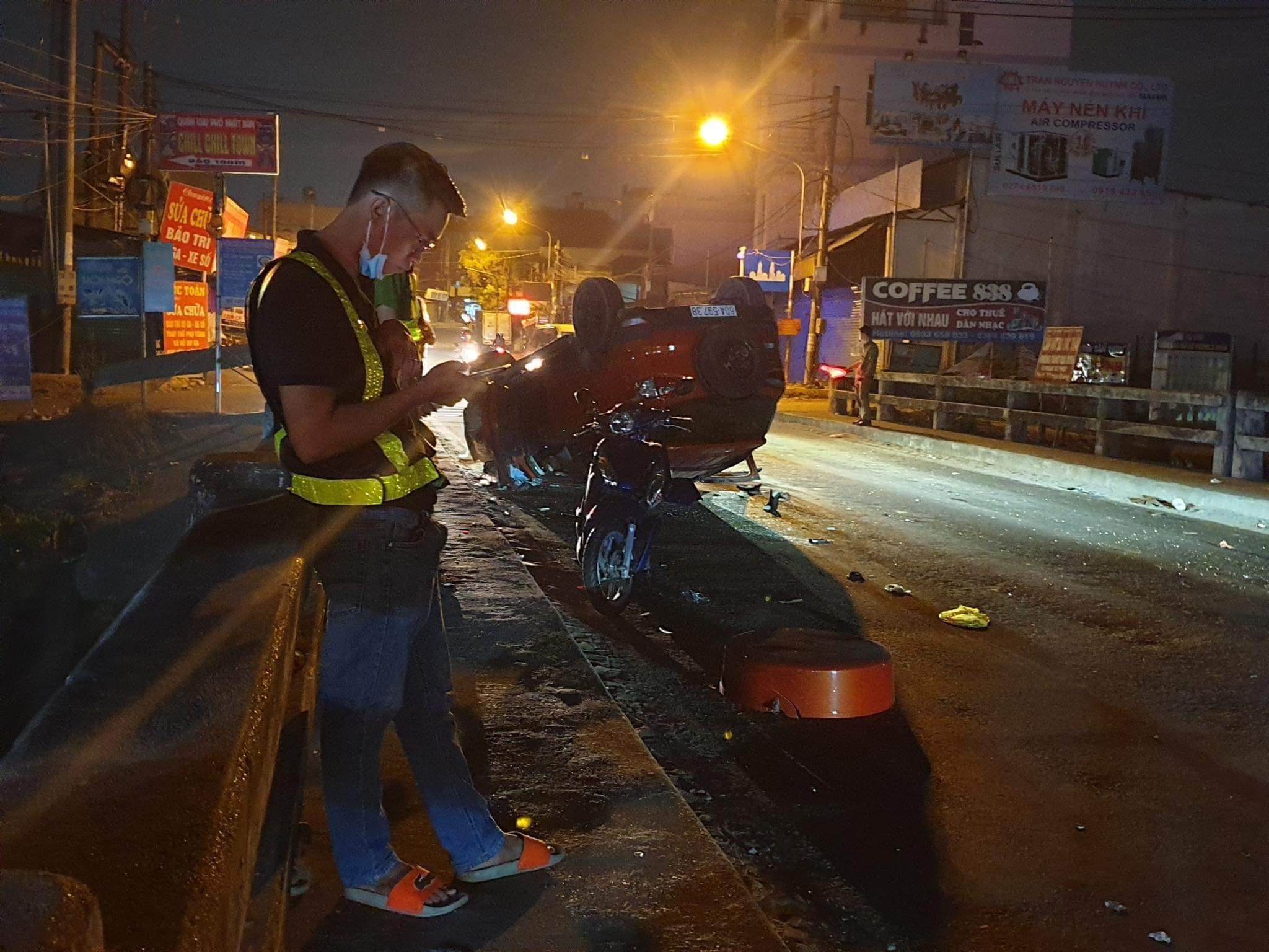 Ô tô lật ngửa giữa đường, tài xế người nước ngoài may mắn thoát chết Ảnh 1