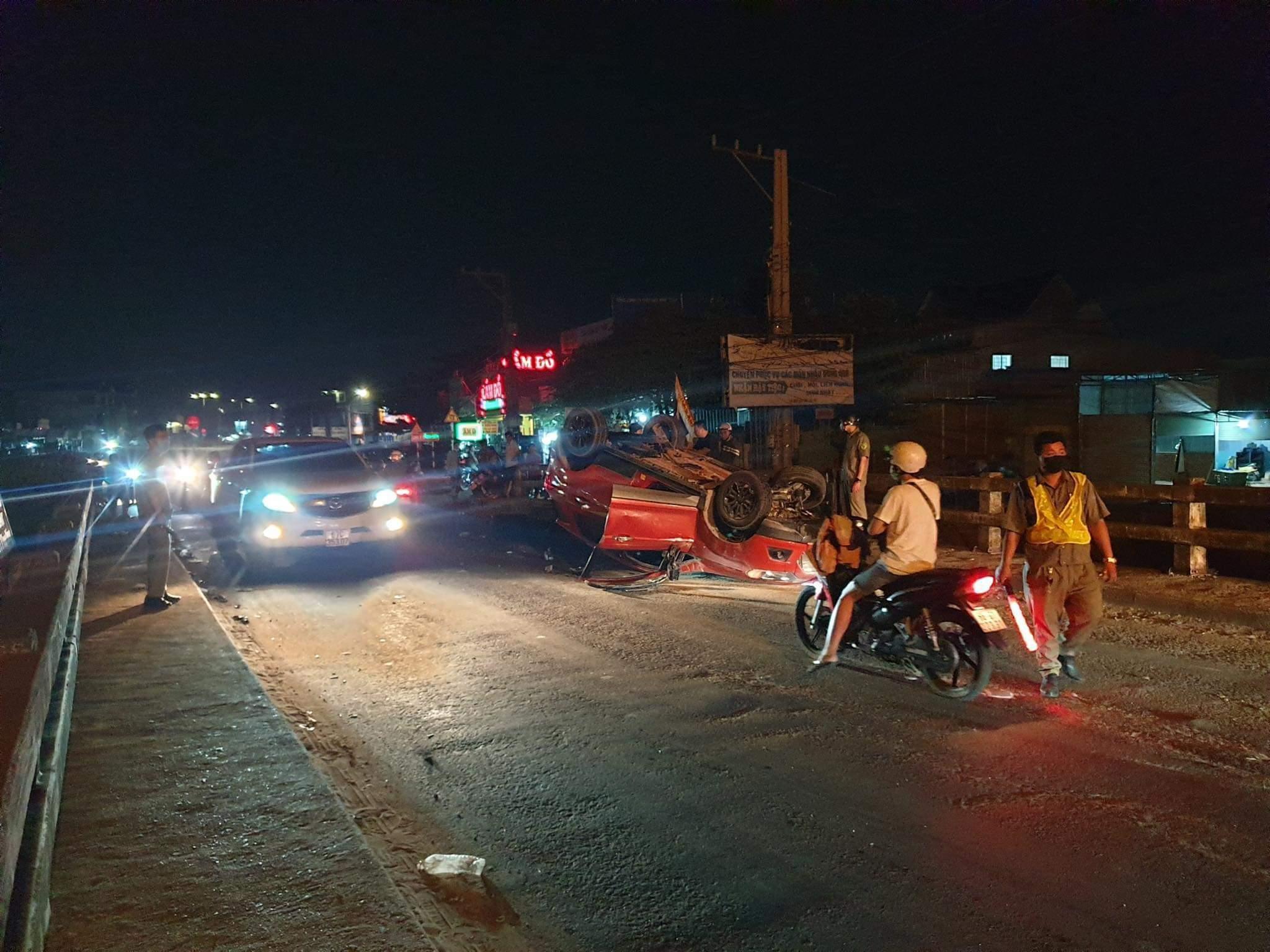 Ô tô lật ngửa giữa đường, tài xế người nước ngoài may mắn thoát chết Ảnh 2