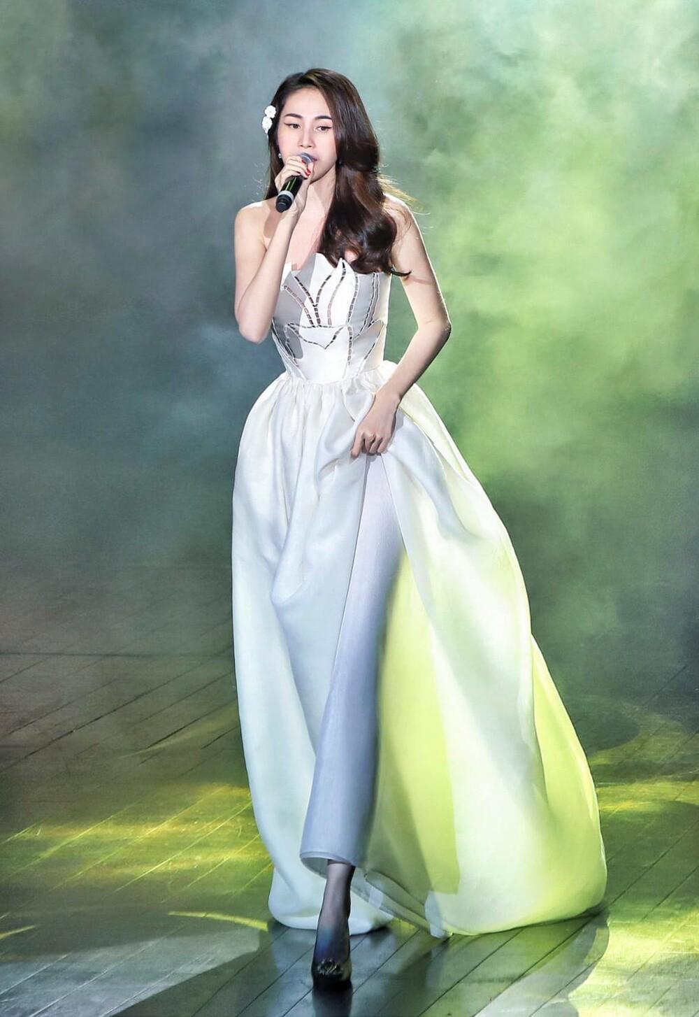 Thủy Tiên diện váy bềnh bồng để lộ xương quai xanh 'tiền tỉ', đẹp chuẩn 'nàng thơ' Ảnh 3