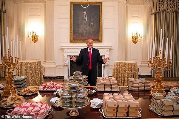 Cựu Tổng thống Trump bất ngờ bị vệ sĩ cũ 'tố' là nhờ mua thức ăn rồi… mãi không trả tiền Ảnh 4