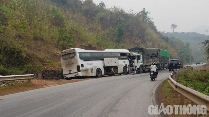 Ô tô khách đấu đầu xe tải ở Mộc Châu - Sơn La, nhiều người bị thương Ảnh 1