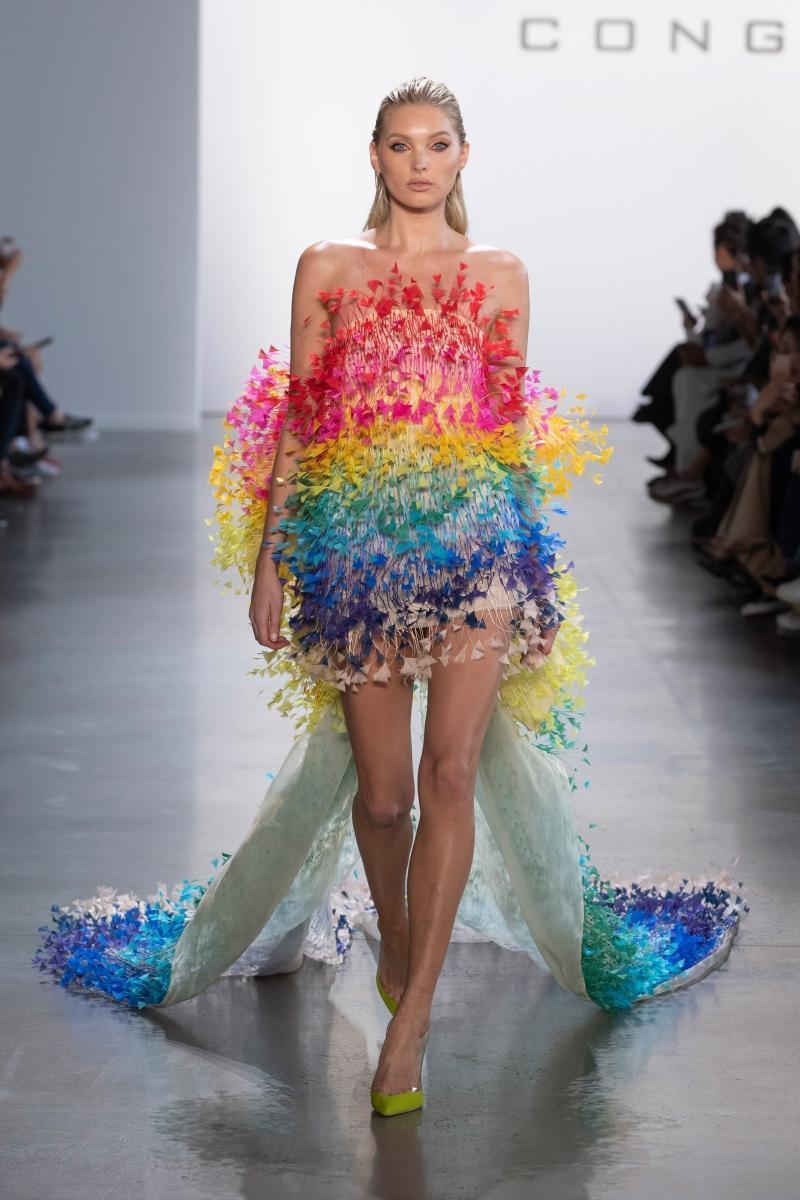 Rosé tiếp tục mặc váy của Công Trí trong MV 'Gone', lần này là một thiết kế 7 sắc cầu vồng Ảnh 2