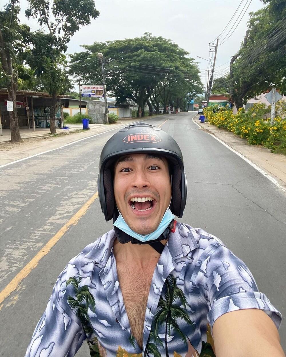 Nadech Kugimiya lái mô tô cực thư giãn giữa đường phố nhưng lại bị nhận nhầm thành Mario Maurer Ảnh 4