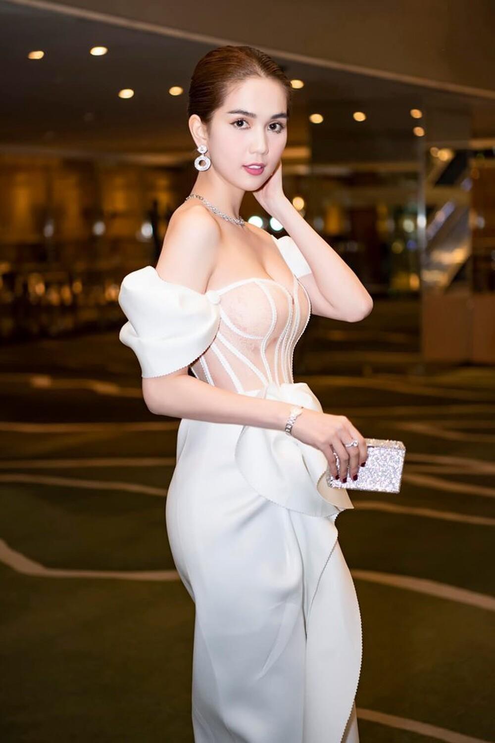 'Nữ hoàng nội y' Ngọc Trinh diện váy corset khoe body đồng hồ cát vạn người mê Ảnh 4