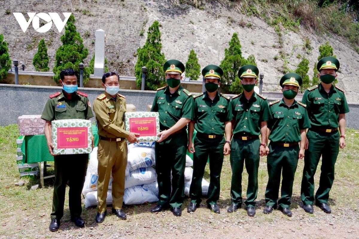 Thừa Thiên Huế: Tặng quà người dân, lực lượng vũ trang Lào nhân dịp Tết Bunpimay Ảnh 1