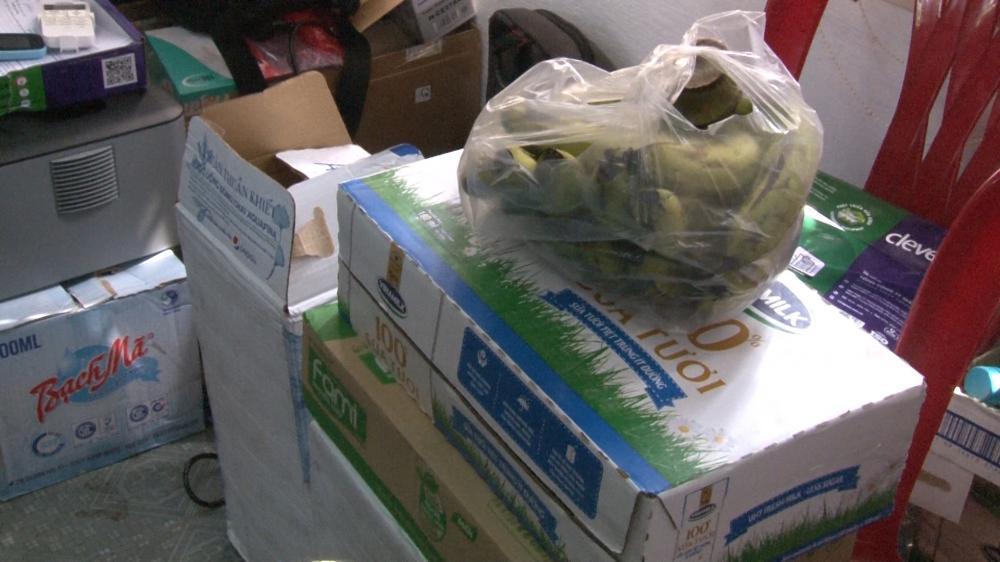 Người dân mang thức ăn, sữa hỗ trợ công an cấp căn cước công dân Ảnh 3