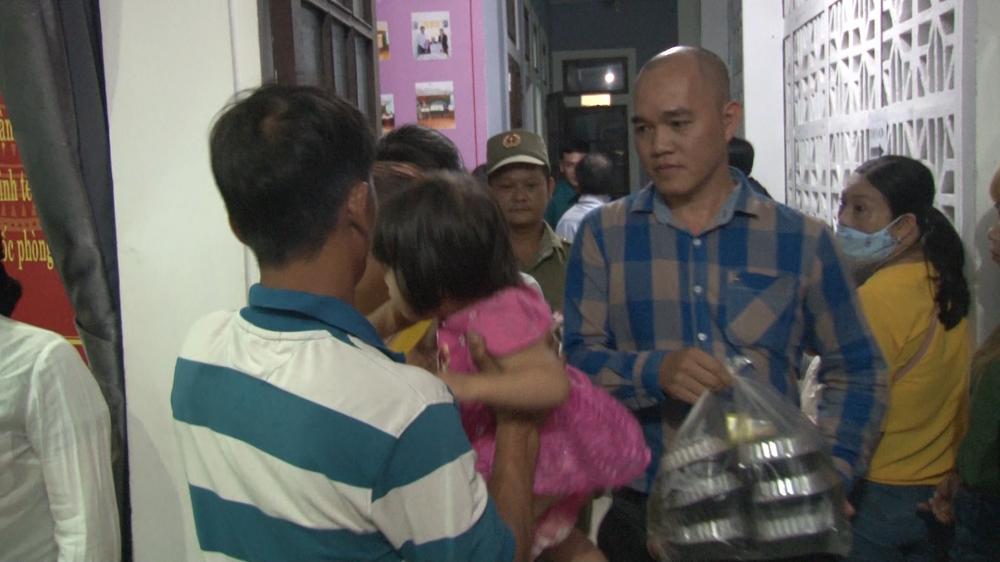 Người dân mang thức ăn, sữa hỗ trợ công an cấp căn cước công dân Ảnh 2
