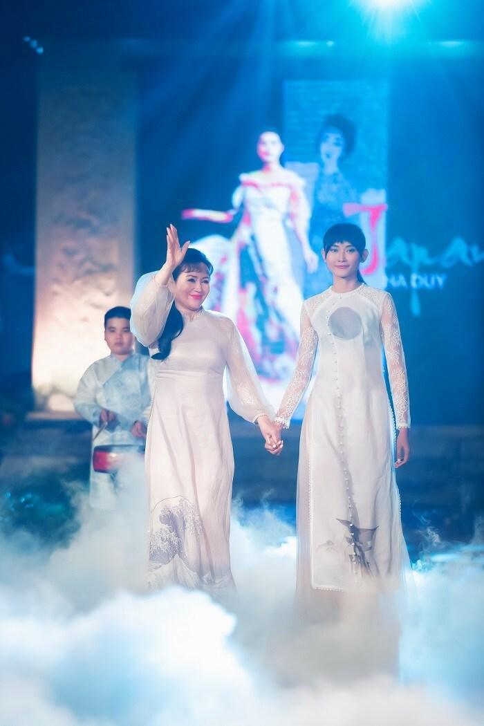 Người khuyết tật ủng hộ áo dài cho hoa hậu Ngọc Hân Ảnh 7