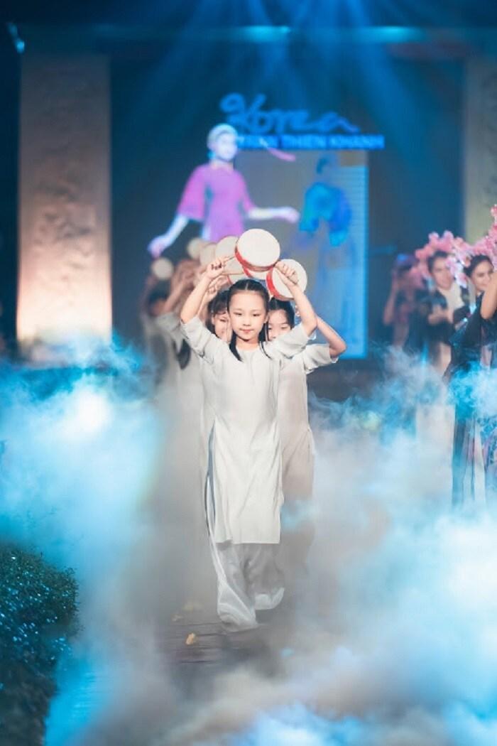 Người khuyết tật ủng hộ áo dài cho hoa hậu Ngọc Hân Ảnh 5