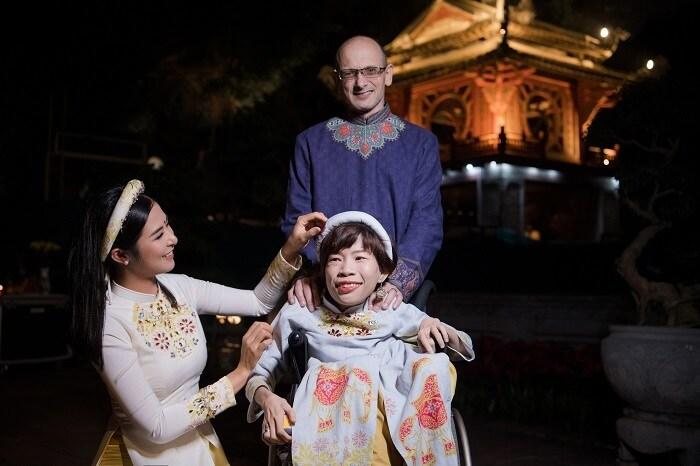 Người khuyết tật ủng hộ áo dài cho hoa hậu Ngọc Hân Ảnh 4