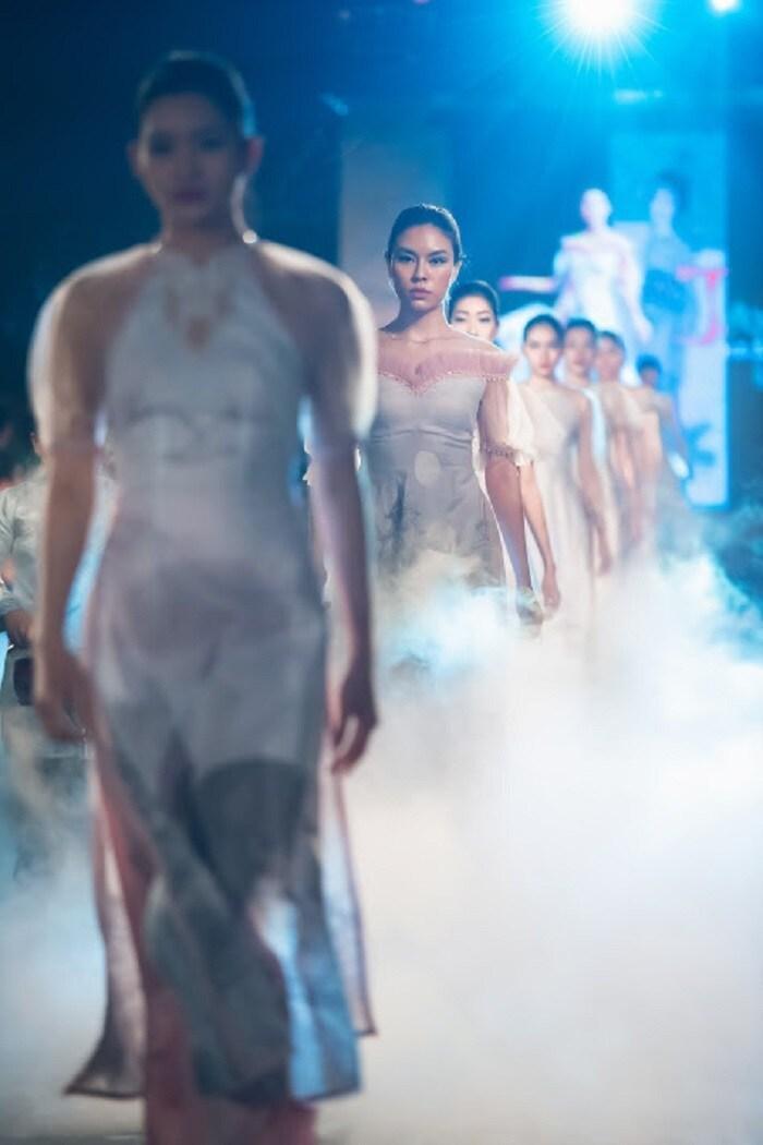 Người khuyết tật ủng hộ áo dài cho hoa hậu Ngọc Hân Ảnh 6