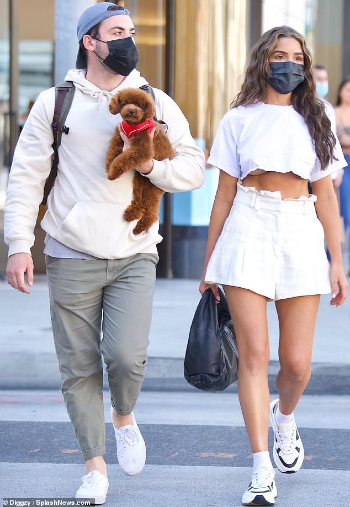 Olivia Culpo xinh đẹp đi dạo phố cùng bạn khác giới Ảnh 1