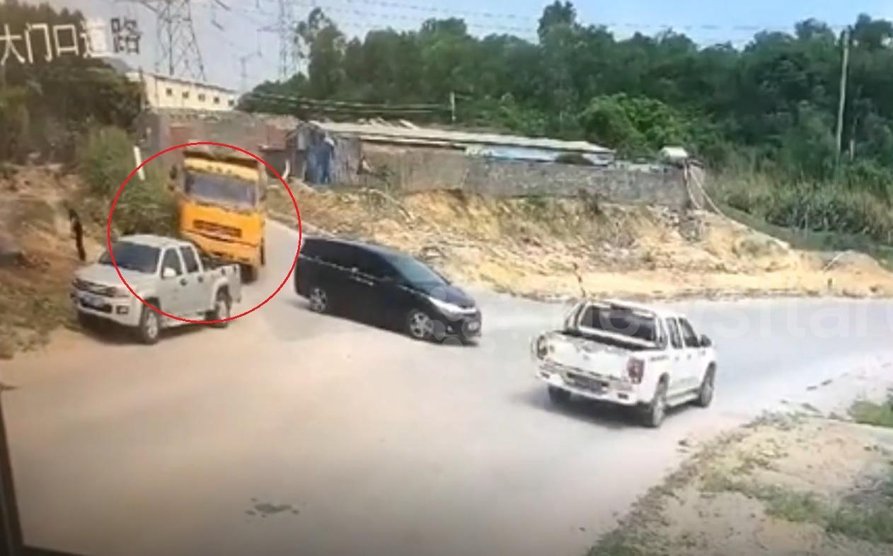 Xe tải chở đất suýt đè bẹp người đi bộ Ảnh 1
