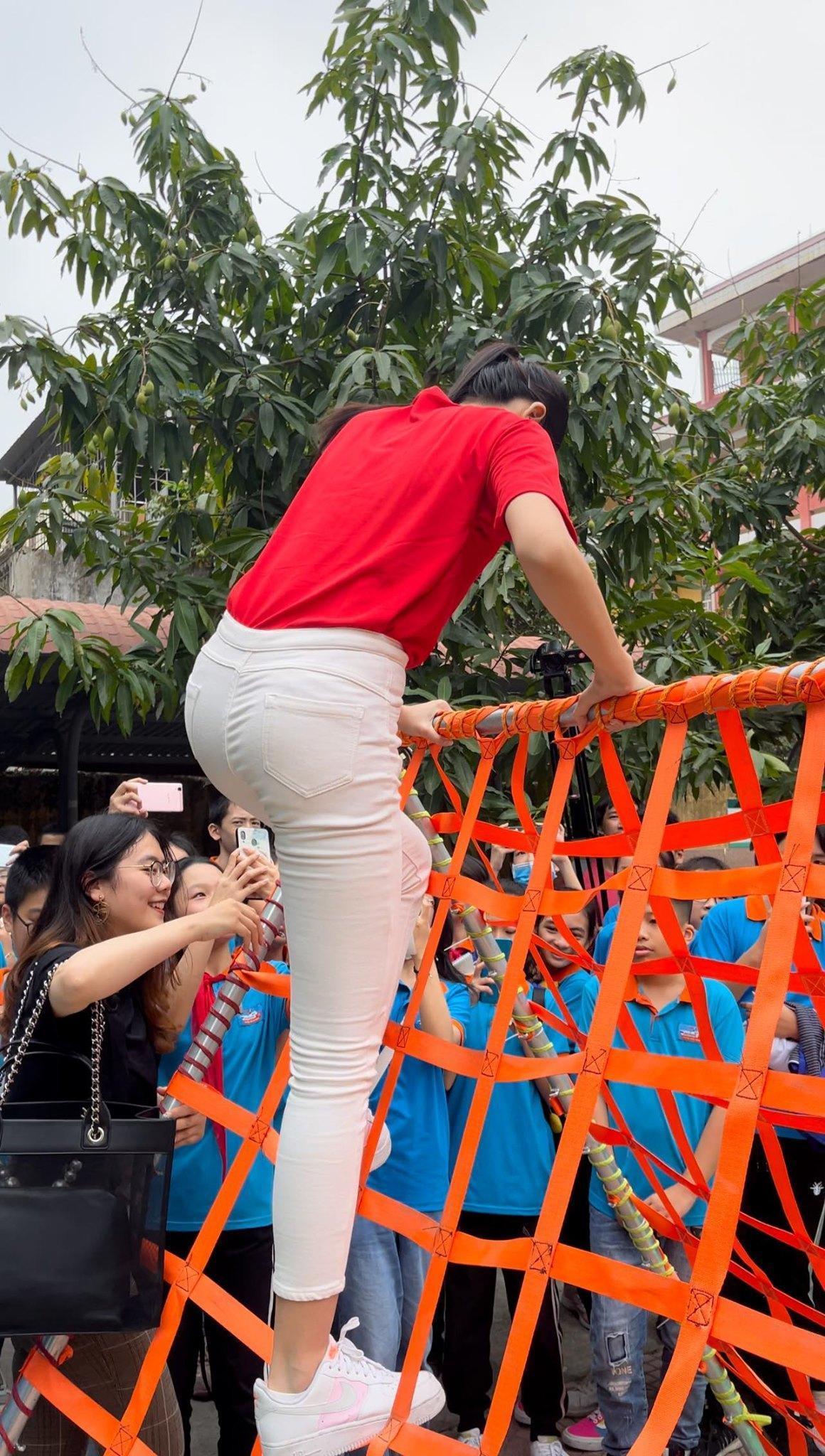Teen chụp Hoa hậu Đỗ Thị Hà về trường giao lưu, ai nấy đều trầm trồ: 'Đẹp không góc chết!' Ảnh 5