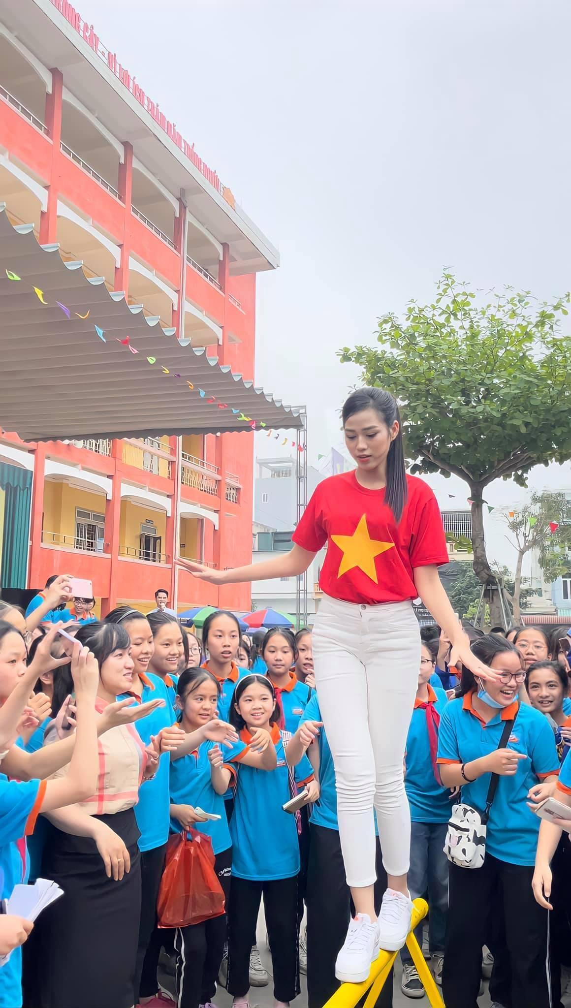 Teen chụp Hoa hậu Đỗ Thị Hà về trường giao lưu, ai nấy đều trầm trồ: 'Đẹp không góc chết!' Ảnh 4