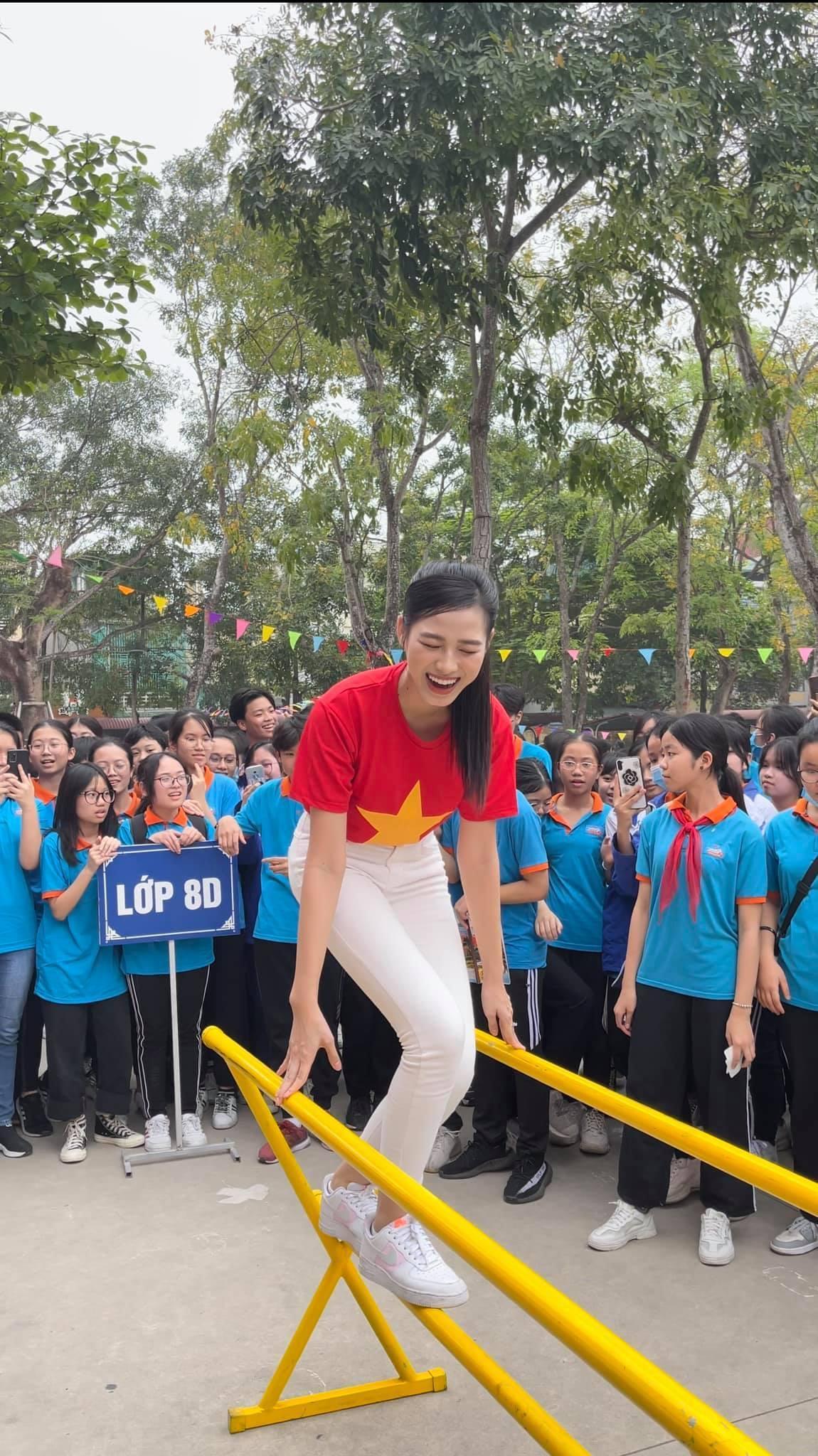 Teen chụp Hoa hậu Đỗ Thị Hà về trường giao lưu, ai nấy đều trầm trồ: 'Đẹp không góc chết!' Ảnh 6