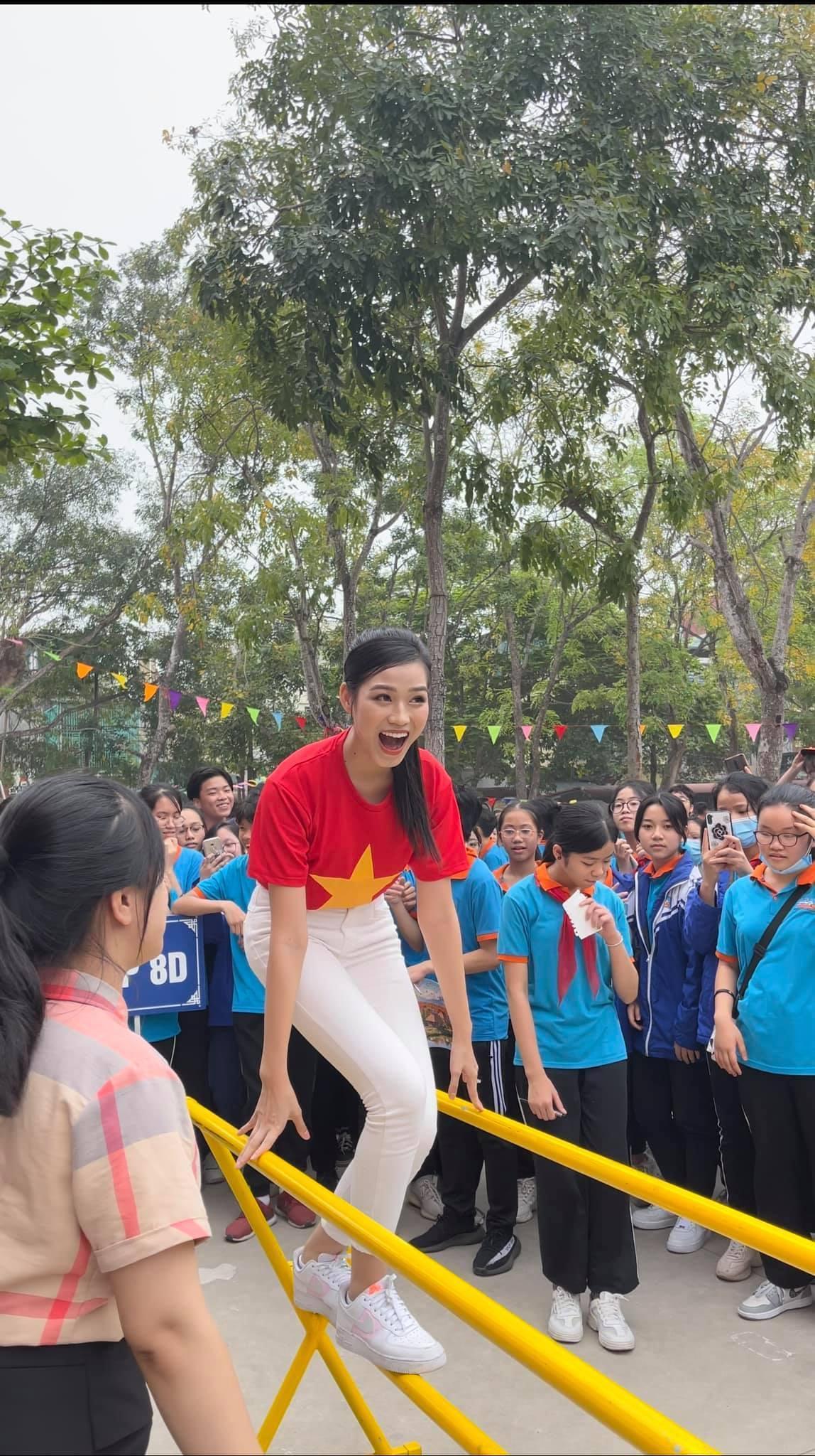Teen chụp Hoa hậu Đỗ Thị Hà về trường giao lưu, ai nấy đều trầm trồ: 'Đẹp không góc chết!' Ảnh 7