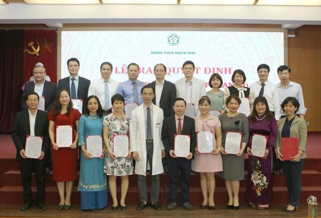 Giám đốc Bệnh viện Bạch Mai Nguyễn Quang Tuấn trao Quyết định bổ nhiệm 19 bác sĩ cao cấp Ảnh 1