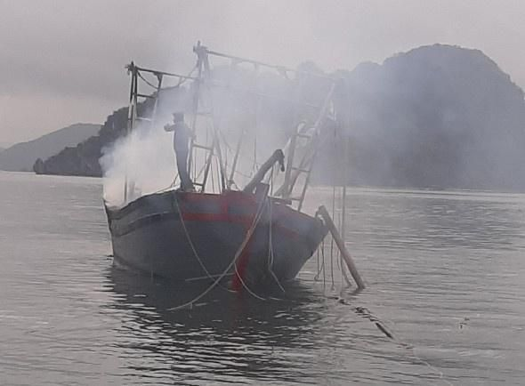Nổ bình ga trên tàu đánh bắt hải sản làm tàu cháy, 3 người bị bỏng nặng Ảnh 1