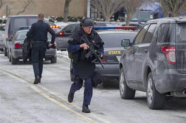 Chĩa súng đồ chơi về cảnh sát, thiếu niên Mỹ bị bắn chết Ảnh 1
