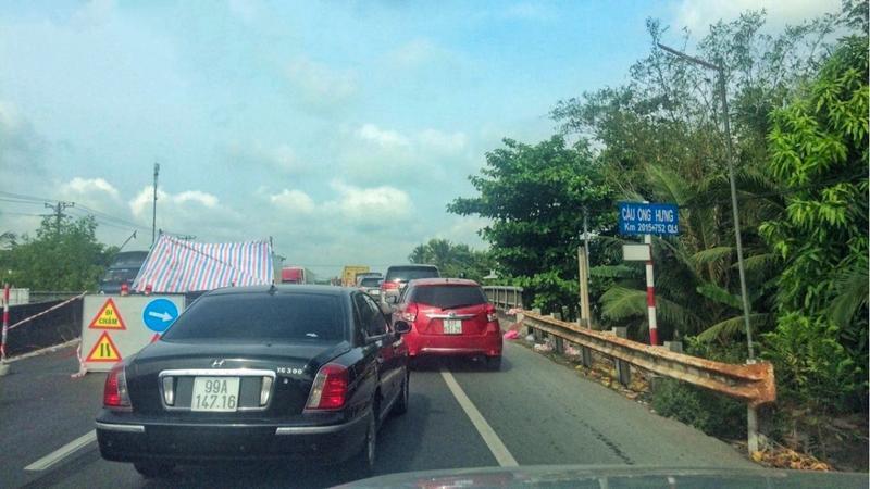 Kẹt xe nghiêm trọng tại Tiền Giang do sửa cầu trên QL1 Ảnh 2