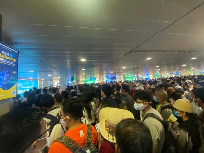 Ùn tắc kinh hoàng tại sân bay Tân Sơn Nhất, hành khách cần lưu ý gì? Ảnh 1
