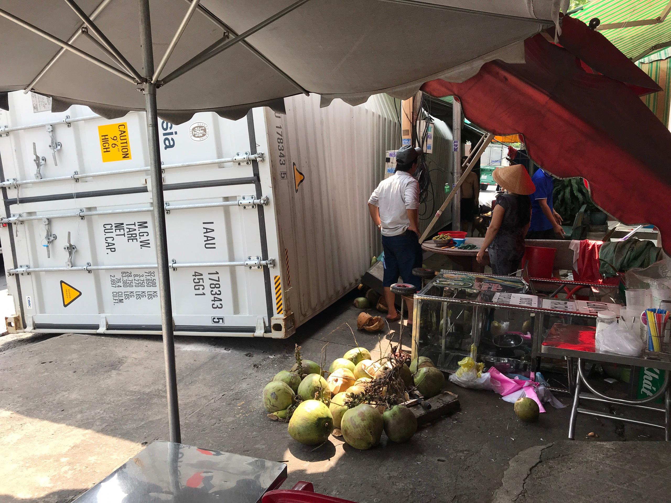 Bình Dương: Thùng container 'bay' lên vỉa hè, nhiều người suýt chết Ảnh 1