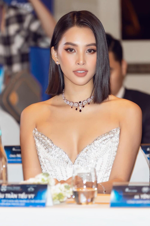 Chao đảo với đôi 'gò bồng đảo' bốc lửa của Hoa hậu Tiểu Vy trong set đồ all black Ảnh 6