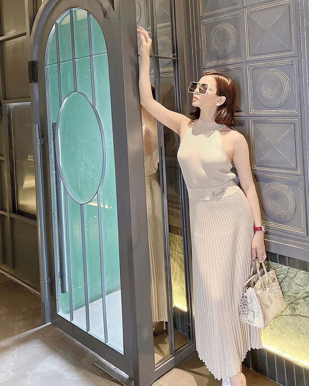 Lệ Quyên diện váy 'không nội y' khi sánh bước cùng tình trẻ Lâm Bảo Châu Ảnh 6