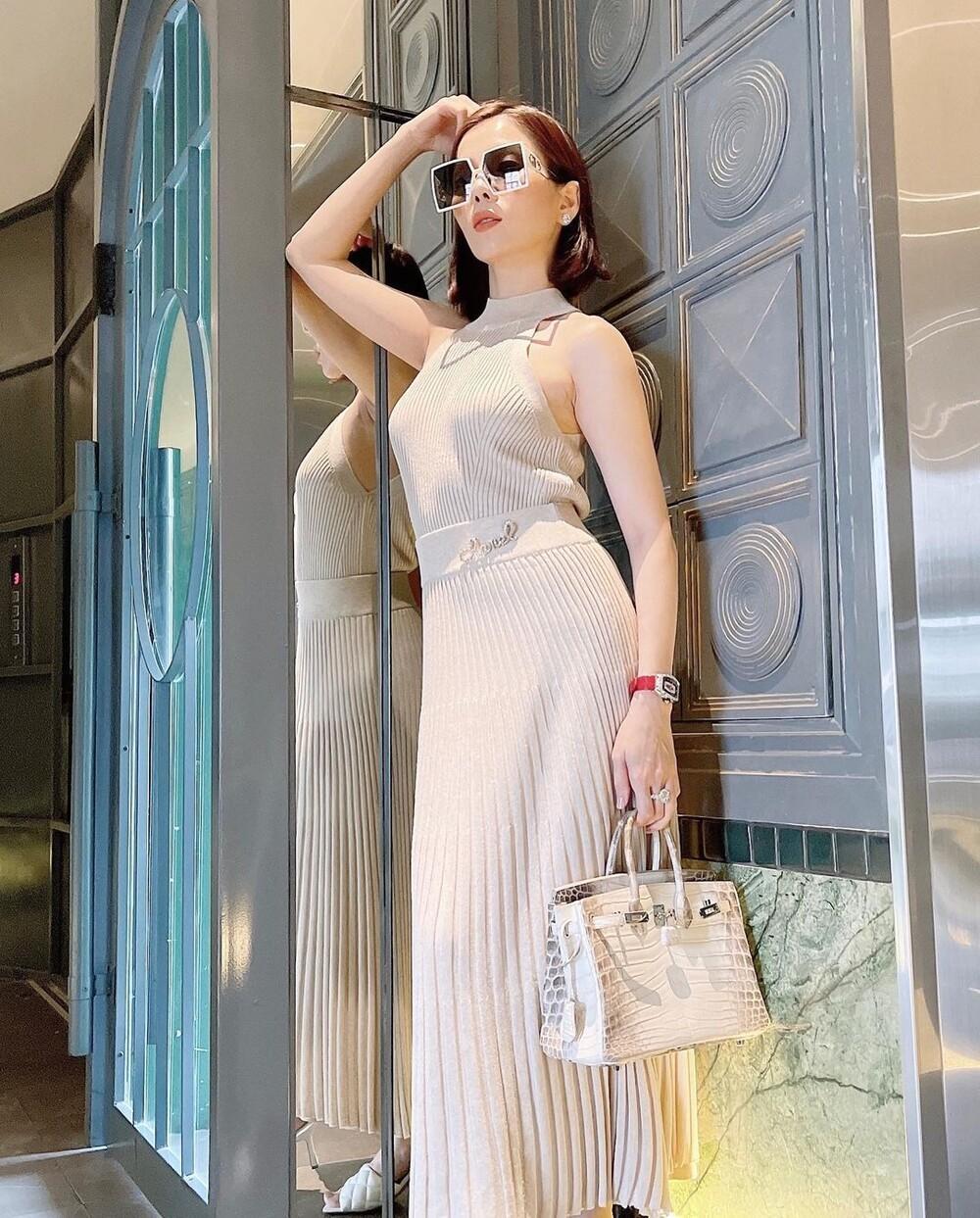 Lệ Quyên diện váy 'không nội y' khi sánh bước cùng tình trẻ Lâm Bảo Châu Ảnh 4