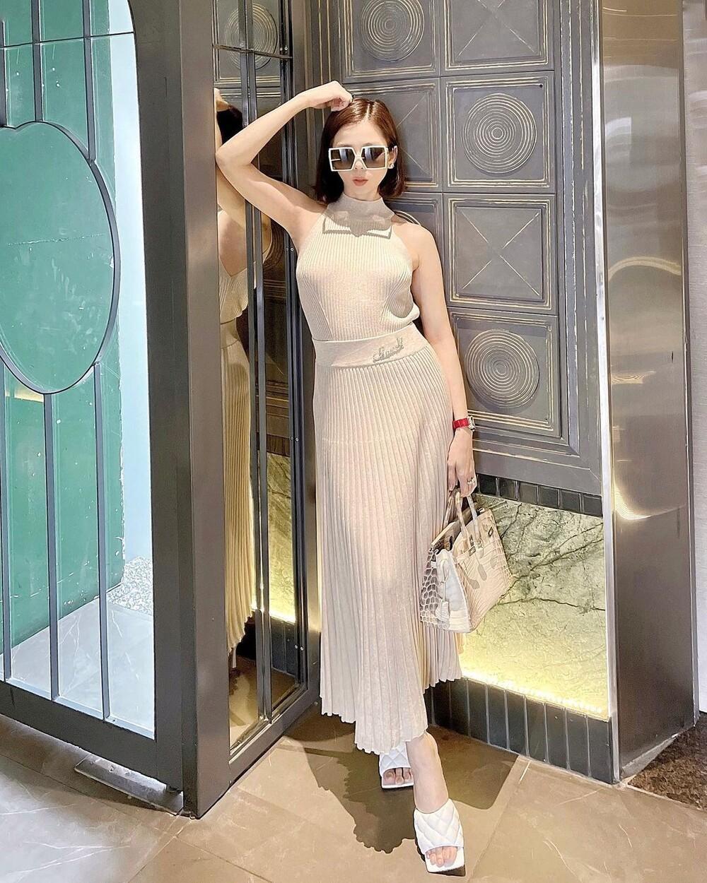 Lệ Quyên diện váy 'không nội y' khi sánh bước cùng tình trẻ Lâm Bảo Châu Ảnh 7