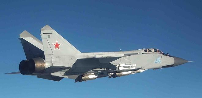 Video siêu tiêm kích MiG-31 Nga xua đuổi trinh sát cơ Mỹ Ảnh 1