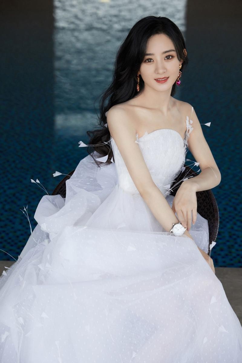 Diện váy ngắn dòng Haute Couture dự sự kiện, Triệu Lệ Dĩnh 'gây bão' với đôi chân cực nuột Ảnh 6