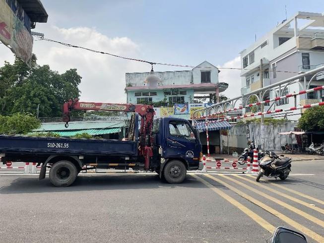 Xe tải mắc kẹt trên cầu An Phú Đông vì bất chấp biển cấm Ảnh 1