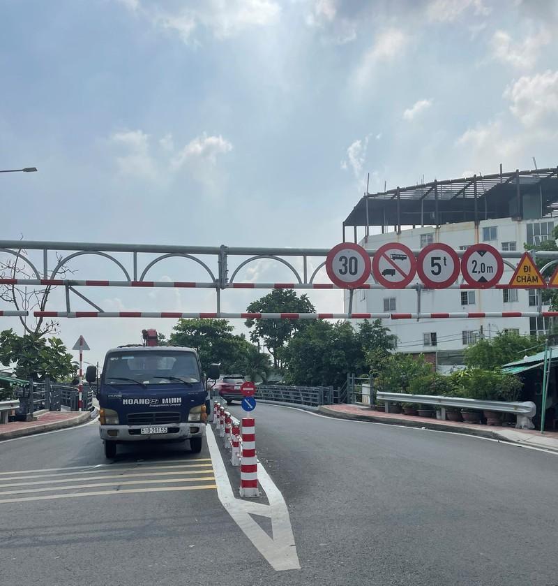 Xe tải mắc kẹt trên cầu An Phú Đông vì bất chấp biển cấm Ảnh 3