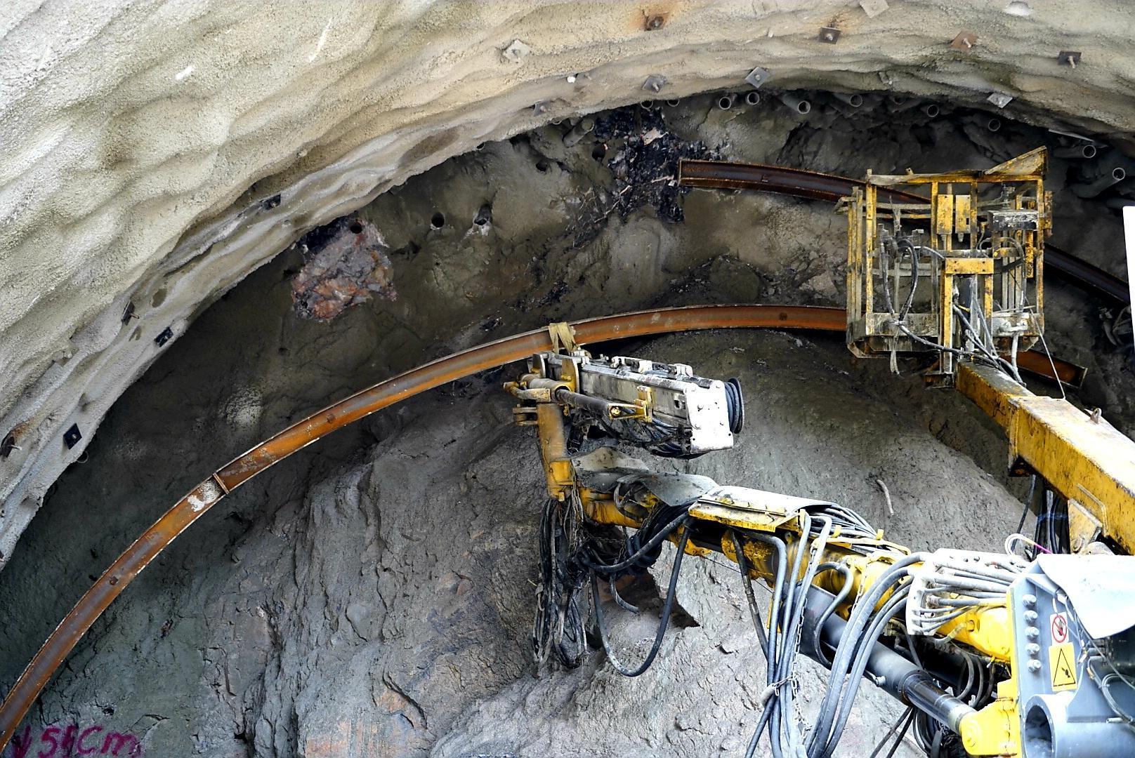 Trên công trường đường hầm xuyên núi đá vịnh Hạ Long Ảnh 10
