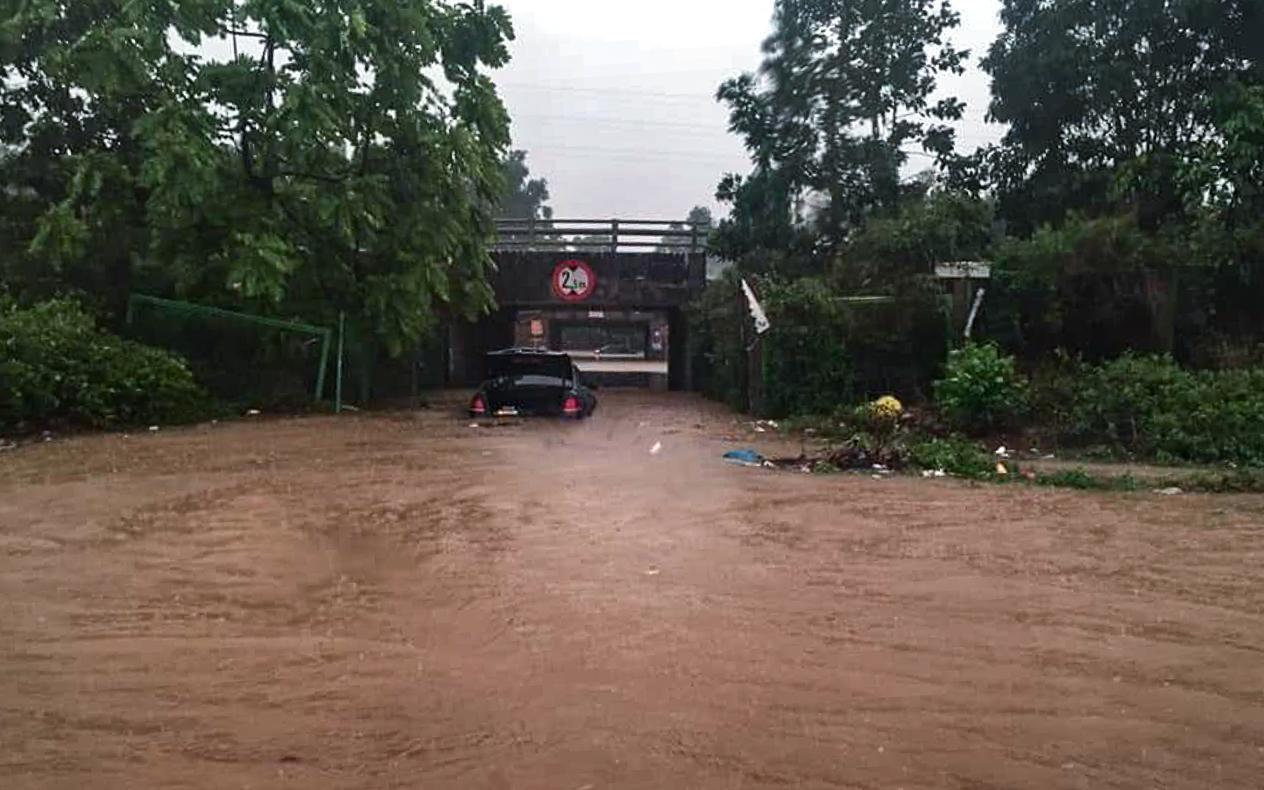 Hầm chui số 9 trên đại lộ Thăng Long ngập sâu, di chuyển khó khăn Ảnh 1