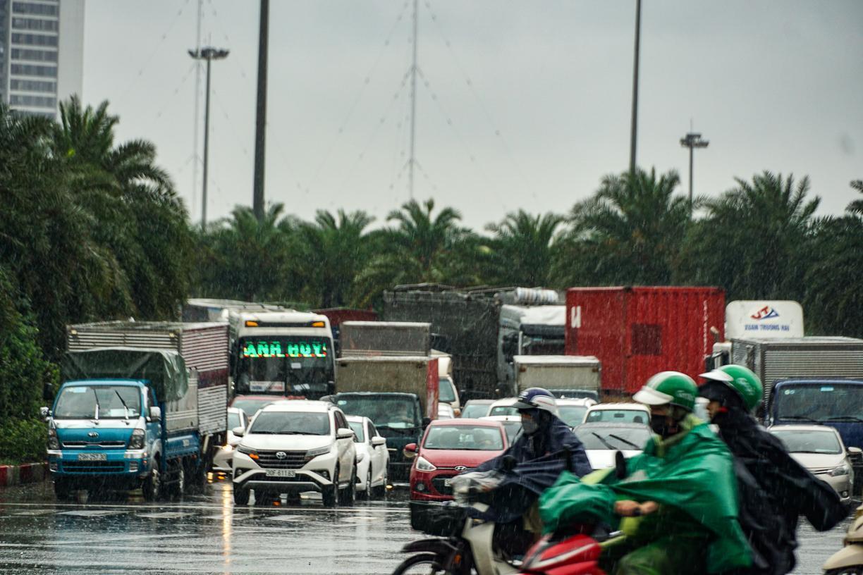 Hầm chui số 9 trên đại lộ Thăng Long ngập sâu, di chuyển khó khăn Ảnh 6