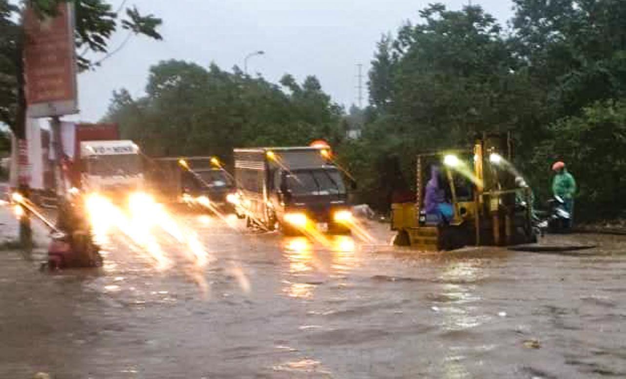 Hầm chui số 9 trên đại lộ Thăng Long ngập sâu, di chuyển khó khăn Ảnh 3