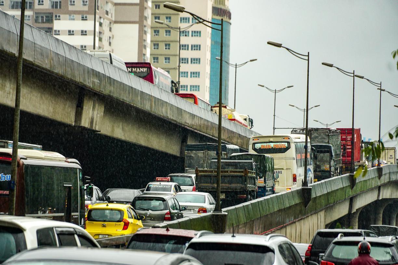Hầm chui số 9 trên đại lộ Thăng Long ngập sâu, di chuyển khó khăn Ảnh 7