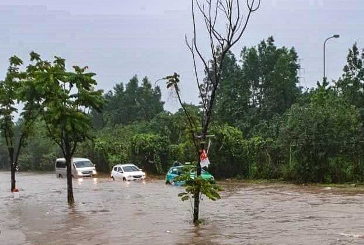 Hầm chui số 9 trên đại lộ Thăng Long ngập sâu, di chuyển khó khăn Ảnh 2