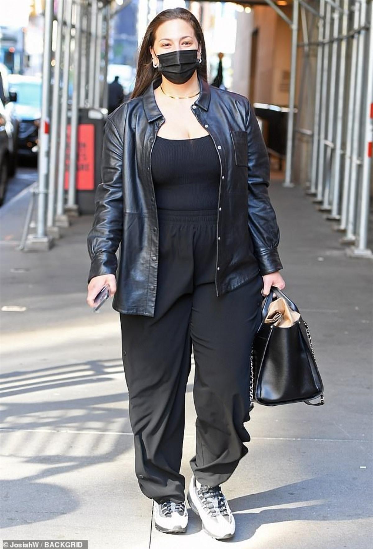 'Người mẫu ngoại cỡ' Ashley Graham diện đồ hiệu đến dự sự kiện thời trang Ảnh 1