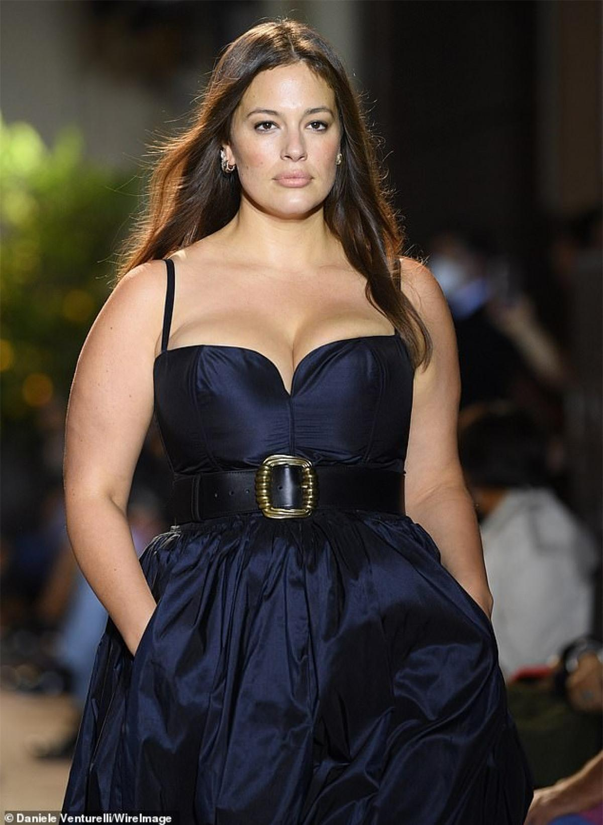 'Người mẫu ngoại cỡ' Ashley Graham diện đồ hiệu đến dự sự kiện thời trang Ảnh 5