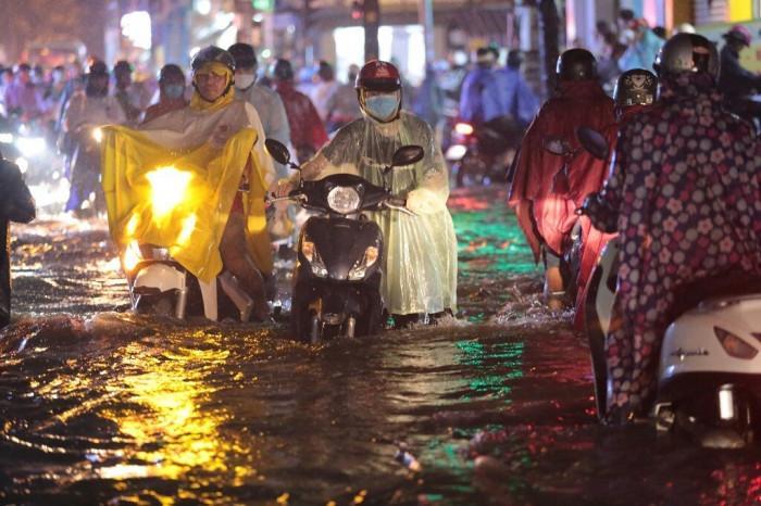 Mưa lớn kéo dài, đường ngập nửa bánh xe, dân hỗ trợ đẩy xe chết máy Ảnh 7