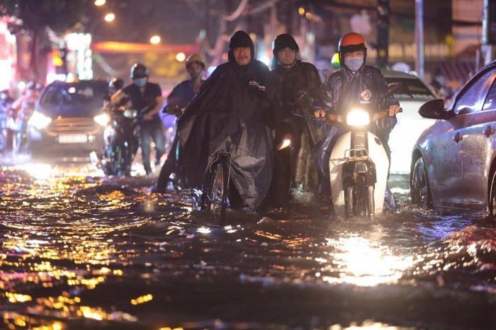 Mưa lớn kéo dài, đường ngập nửa bánh xe, dân hỗ trợ đẩy xe chết máy Ảnh 8