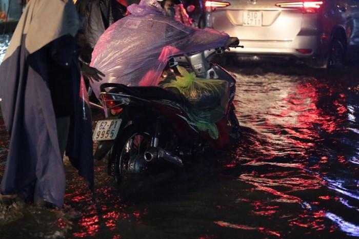 Mưa lớn kéo dài, đường ngập nửa bánh xe, dân hỗ trợ đẩy xe chết máy Ảnh 4