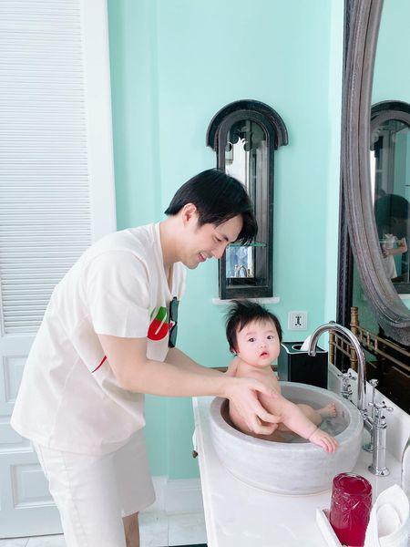 Ông Cao Thắng bị 'bán đứng' khi tuyên bố tắm Winnie lúc Đông Nhi đi vắng, sự thật đâu phải vậy! Ảnh 1