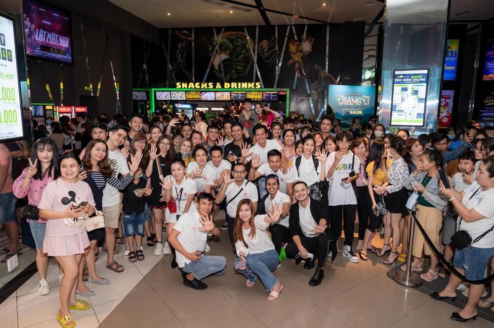 Hàng trăm khán giả vây kín Lý Hải tại rạp chiếu 'Lật mặt: 48H': Người Việt ủng hộ phim Việt! Ảnh 7